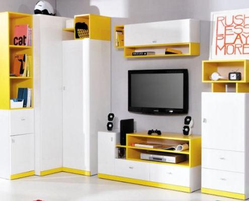Obývací stěna zvýrazněná žlutou