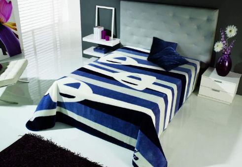 Přikrývka čalouněné postele s modrými pruhy